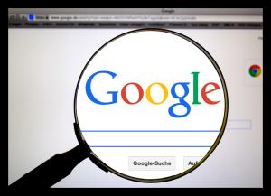 גוגל התנגדה בטענה כי המידע הקיים ברחבי הרשת מגיע לגולש באמצעות צד שלישי, ושהיא אינה עומדת מאחורי הפרסומים